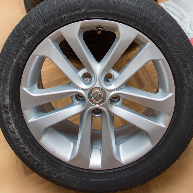 a set of 2011 juke oem wheels and tires 17x7 et47 21555